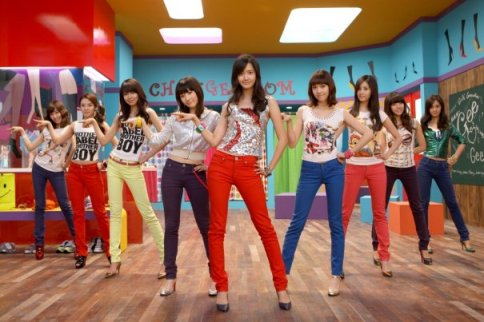 Girls' Generation performing Gee