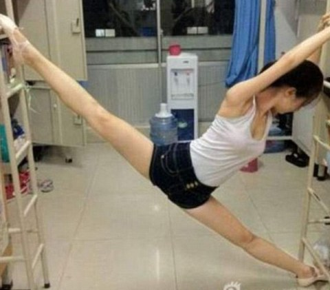 Thanks to her spotless split, this Chinese college girl has become an internet sensation, sparkinging a new trend .