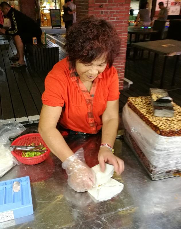 Lady making peanut ice cream popiah