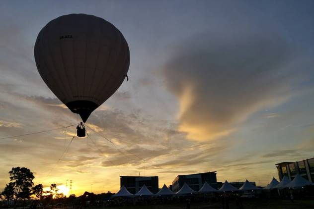 The hot air balloon against the evening sky