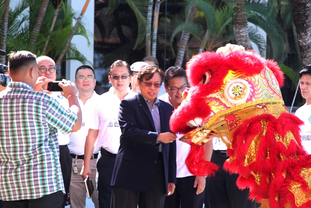 Sarawak deputy Chief Minister Datuk Amar Abang Johari Openg giving an angpow to a lion